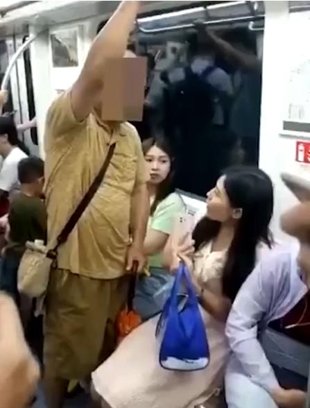 """大爷地铁强行占座挤走女生!挥伞威胁:""""我打死你"""""""